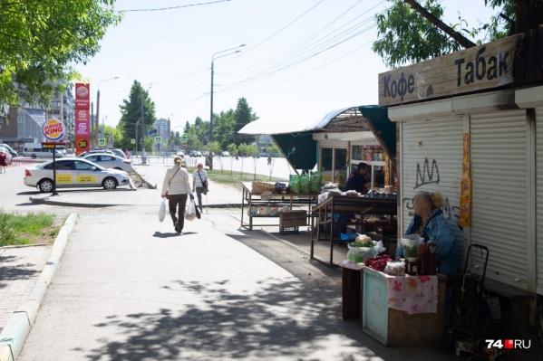 Один из показательных примеров — на пересечении улицы Чичерина и Комсомольского проспекта, где «борьба» с киосками закончилась их перемещением в сторону на 20 метров