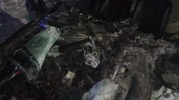 В Кемерово легковушка превратилась в груду металла после ДТП с грузовиком. Один человек погиб
