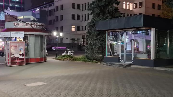 «Видимо, зачистки от сараек хватило ненадолго»: челябинцев возмутил неприглядный киоск на Кировке