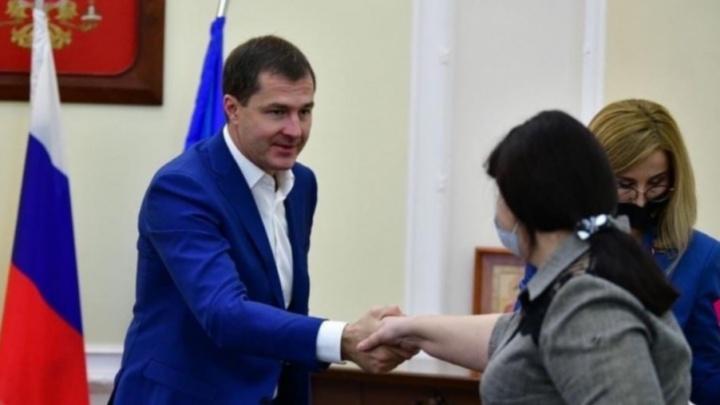 «Что тогда с народа спрашивать?»: мэра Ярославля сфотографировали на приеме без маски