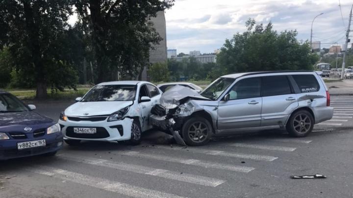 «Один из автомобилей отбросило на KIA Rio»: тройное ДТП в Кировском районе, есть пострадавшие