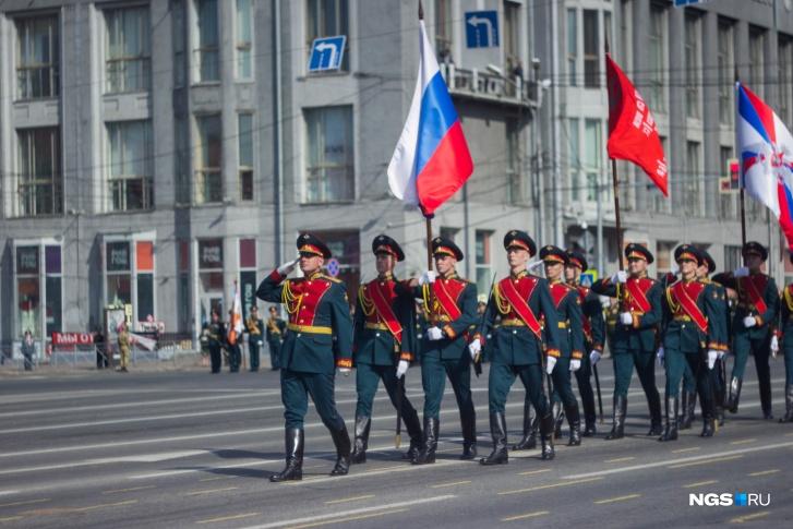 Следующей была рота почетного караула со знаменами трех родов войск