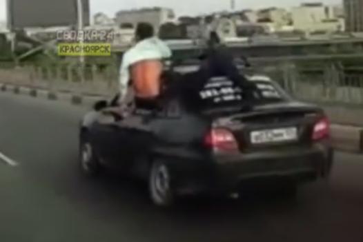Инспекторы нашли водителей, пассажиры которых во время езды высунулись по пояс из окон