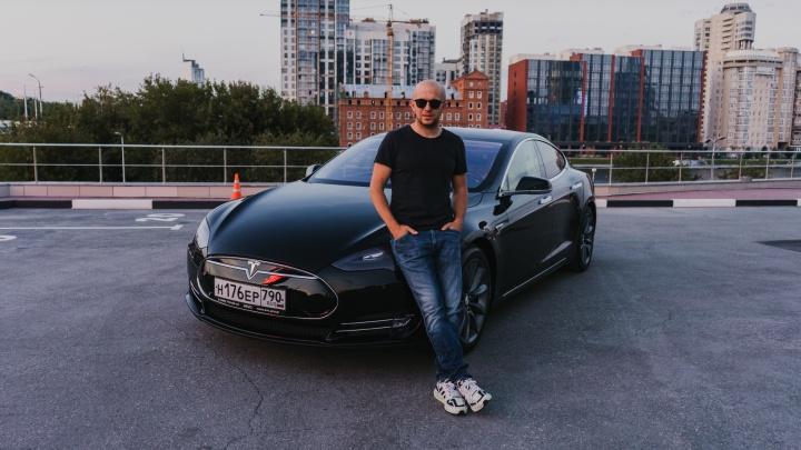 «Как будто водишь машинку из парка Маяковского»: как живется обладателю Tesla в Екатеринбурге