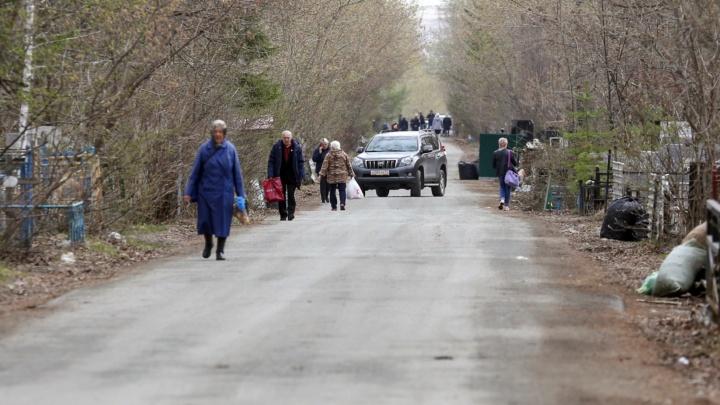 Смотрим, как в Челябинске (не) закрыли кладбища в родительский день