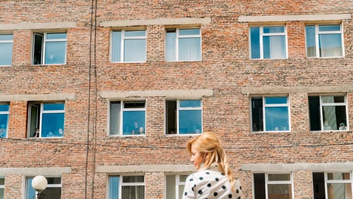 Праздник как лекарство: пациенты онкоцентра отметили День защиты детей через окна