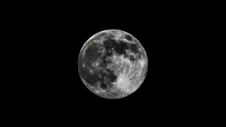 Таким спутником любовались динозавры: разглядываем фото самой большой Луны в году
