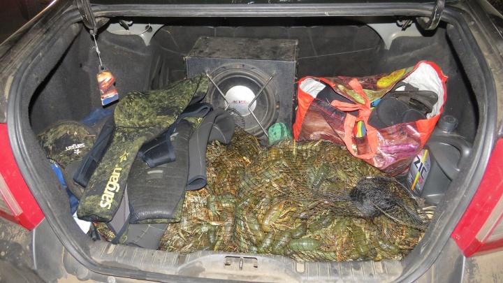 В Самарской области поймали браконьеров с полным багажником раков