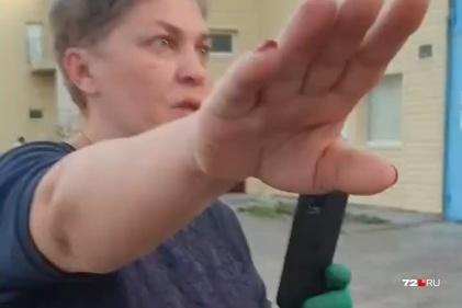 Женщина не представилась, ее спутники напали на журналиста 72.RU