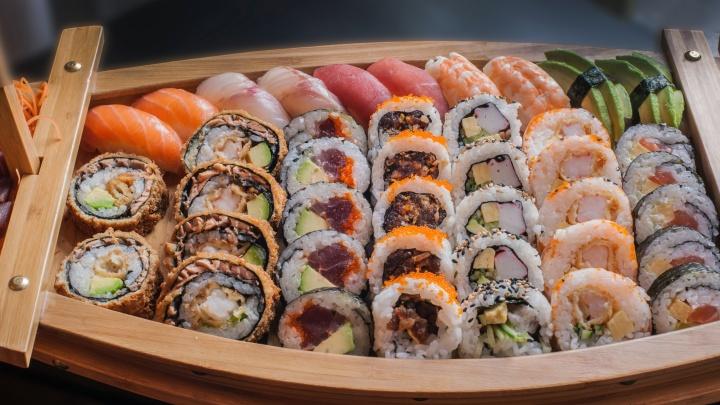 Устроить ужин в японском стиле: как получить бесплатно два сета роллов с доставкой на дом