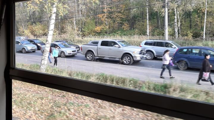 Люди шли пешком вперемежку с обочечниками: Брагино встало в суперпробку