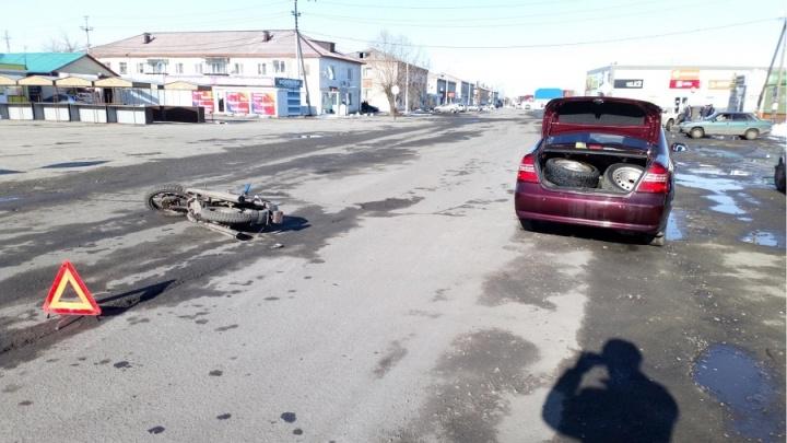 В Зауралье подростки на мотоцикле врезались в легковушку