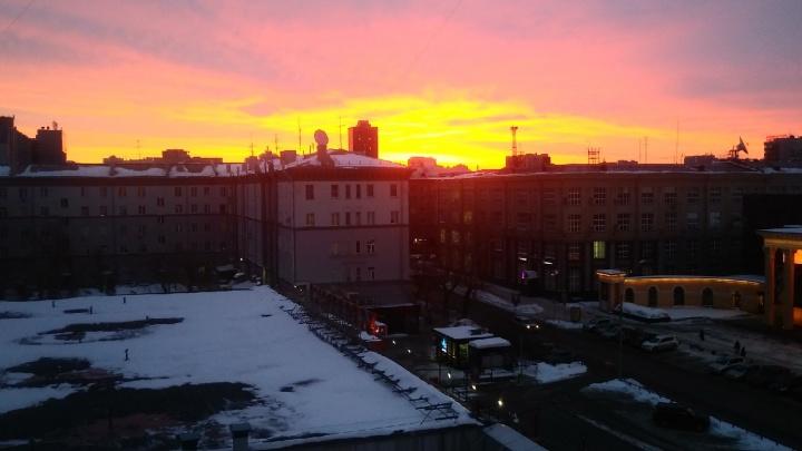 «Невероятный рассвет»: новосибирцы делятся фотографиями кроваво-красного неба над городом