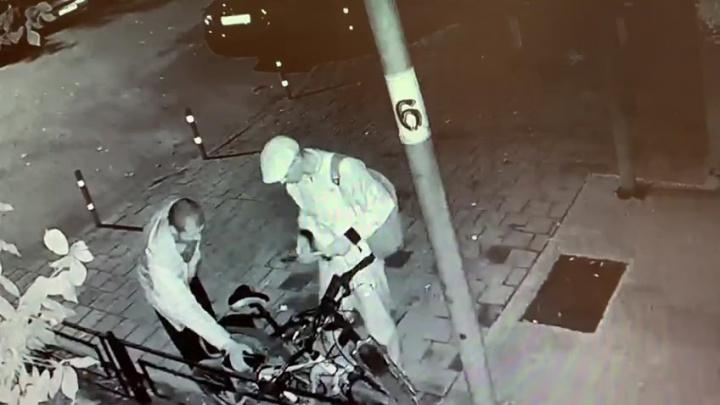 В Екатеринбурге кража двух велосипедов у многодетной семьи попала на видео