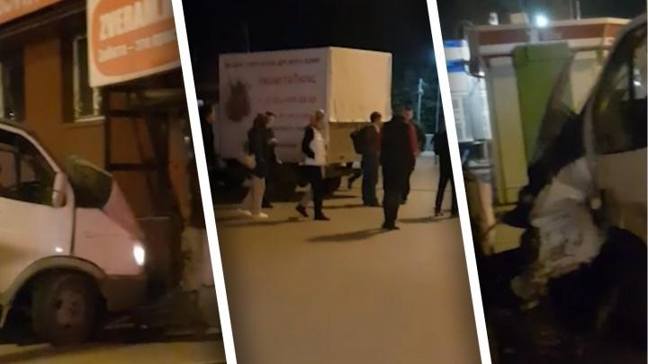 На Мельникайте в Тюмени водитель «Газели» врезался в здание жилого дома