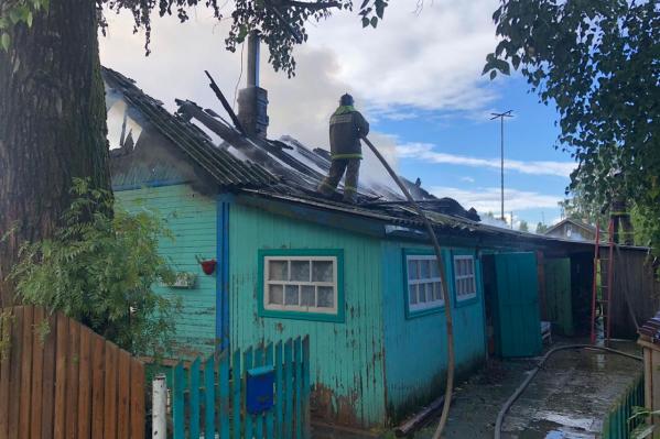 Пожарным удалось остановить огонь до того, как он подобрался к жилым помещениям