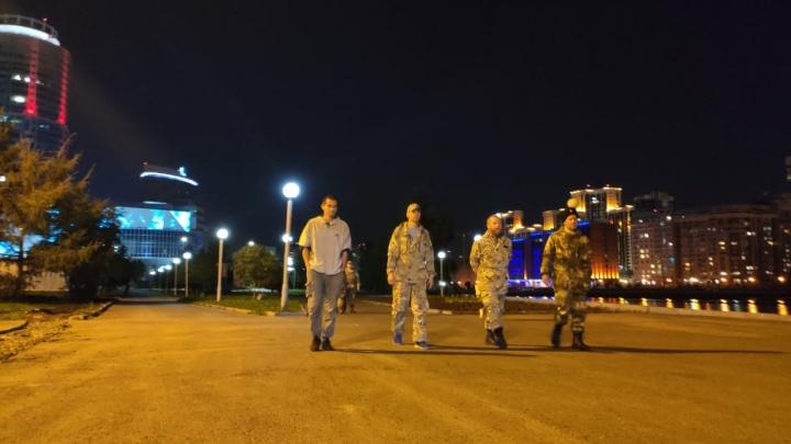 «Моего гетеросексуального сына тормознули казаки»: в Екатеринбурге мужчины в защитных костюмах ищут ЛГБТ-активистов