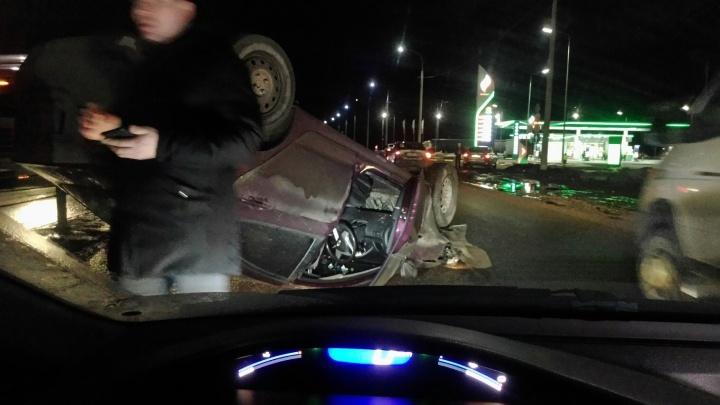 «Дорогу будто бомбили»: в ДТП под Ярославлем перевернулся автомобиль
