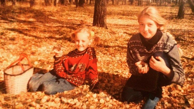 Вот в таких свитерах выходили на прогулку по осеннему лесу в 90-е