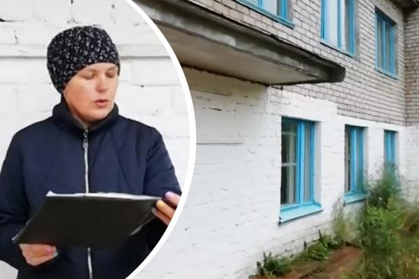 Раиса Башкова на фоне школы, которую закрыли в 2019 году. Женщина и ее односельчане хотят, чтобы здесь организовали образовательный центр, где будут заниматься младшеклассники и дошкольники