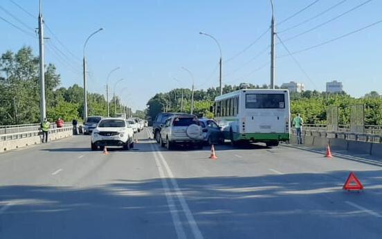 В Кировском районе Новосибирска произошло массовое ДТП с пятью автомобилями и автобусом: есть пострадавшие