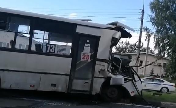 В Ярославле маршрутка протаранила самосвал: информация о пострадавших и видео