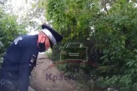 В Канске сотрудники ГИБДД прокололи ножом шины припаркованному автомобилю