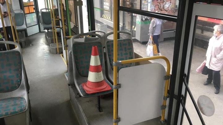 В Екатеринбурге пенсионерка отвлеклась на телефон и разбила голову в автобусе: видео падения