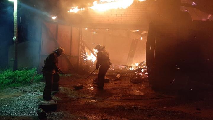 Сгорел гараж, баня и половина дома: в Горном Щите из-за пожара семья осталась без крыши над головой
