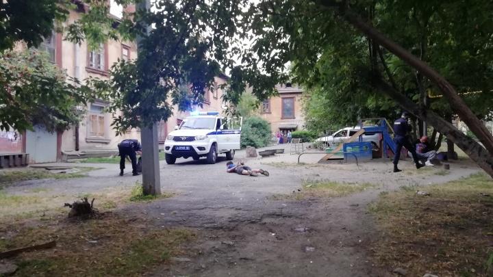 Пьяные устроили разборки: на ВИЗе полиция задержала дебоширов, кидавшихся друг на друга с ножом