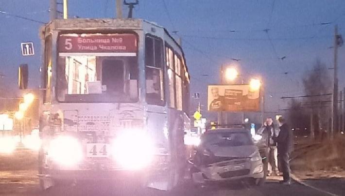 В Ярославле легковушка протаранила трамвай