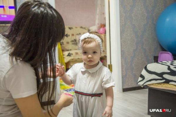 В своем возрасте девочка еще не понимает: то, с чем выпало жить ей, не норма, а самое настоящее испытание для всей семьи