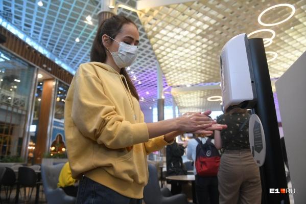 Люди уже привыкли к новой реальности, хотя бастующих «безмасочников» в Новосибирске очень много — их можно встретить и в автобусах, и в ТЦ