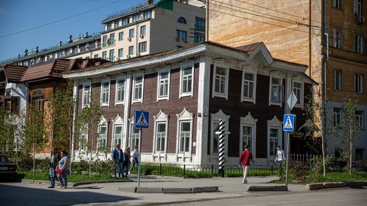 В купеческой усадьбе в центре Новосибирска обнаружили огромные сейфы и бутылку водки 1947 года — её выпили строители