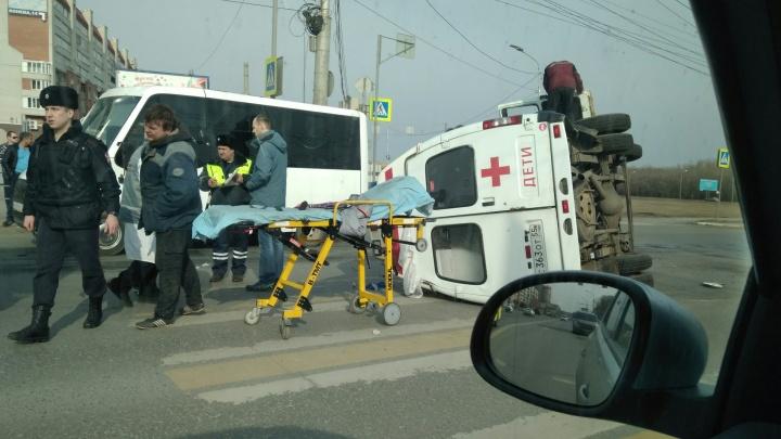 На левом берегу перевернулась машина скорой помощи, в которой ехали пять человек