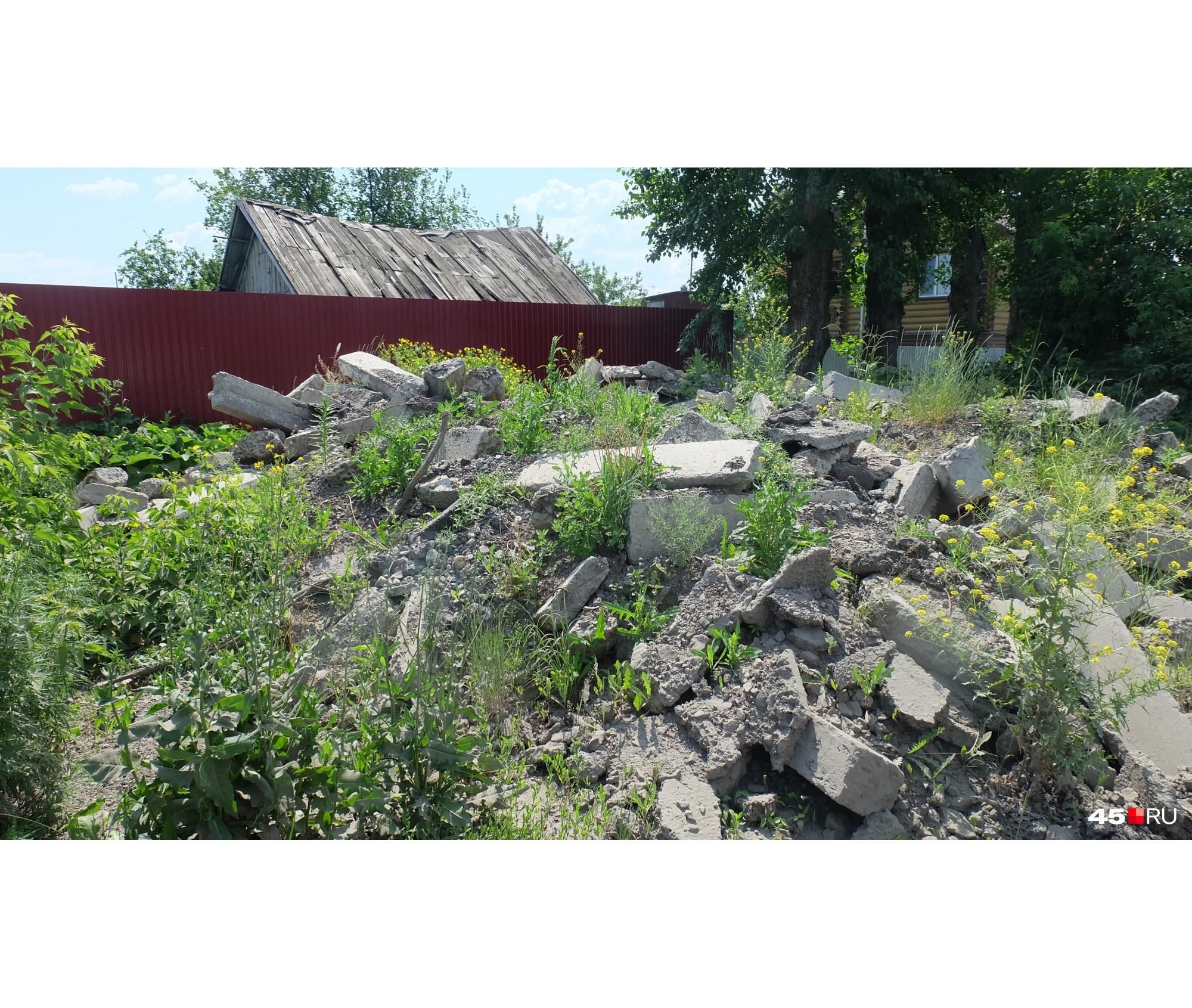 Летом, по словам местных жителей, сюда выбрасывают и строительный мусор