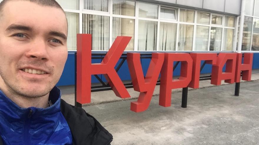 «У вас классные памятники!»: Курган посетил марафонец, бегущий из Петербурга во Владивосток