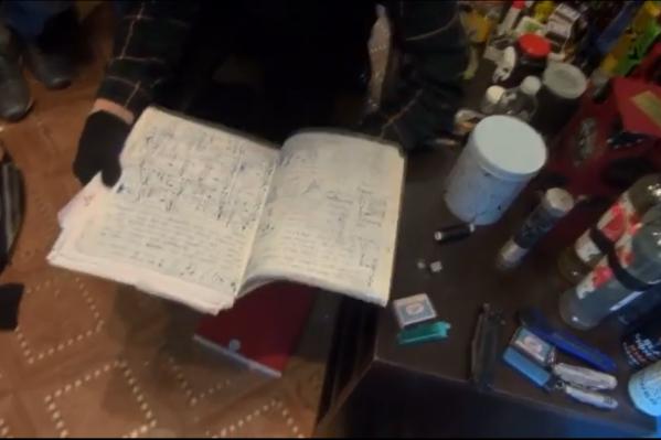 В тетрадке следователи нашли рецепты «коктейлей молотова»