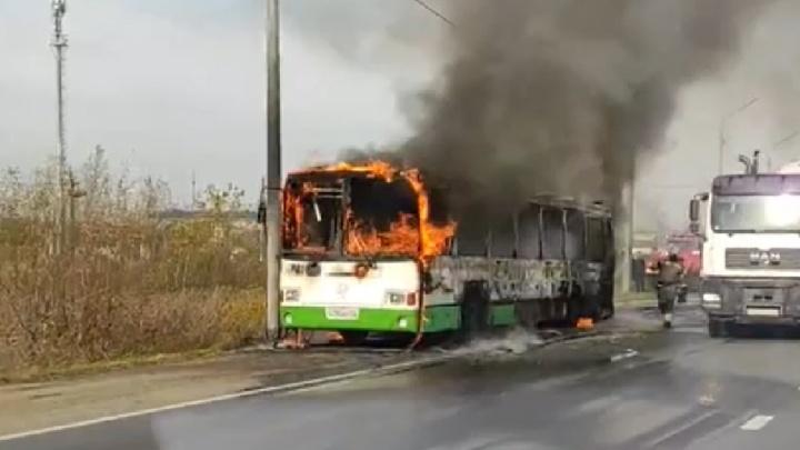 Водитель и кондуктор выскочили из огня: в Ярославле на дороге загорелся автобус. Видео
