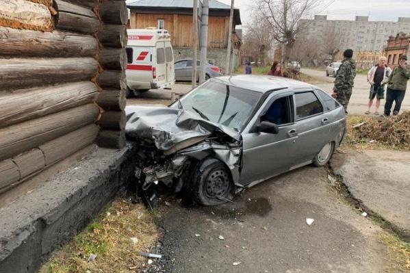 ВАЗ в результате столкновения с иномаркой отлетел на тротуар