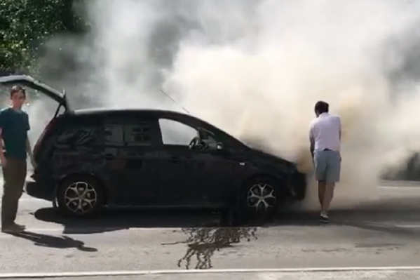 Машина загорелась прямо на дороге