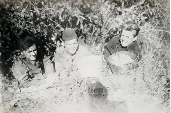Александр Моторин (в центре) был призван в армию в 1942-м 18-летним юношей, эта фотография сделана в том же году. Молодые и веселые парни, которые после выпуска из училища еще не нюхали войны. В одном из ведер у них хлеб, а в другом — каша