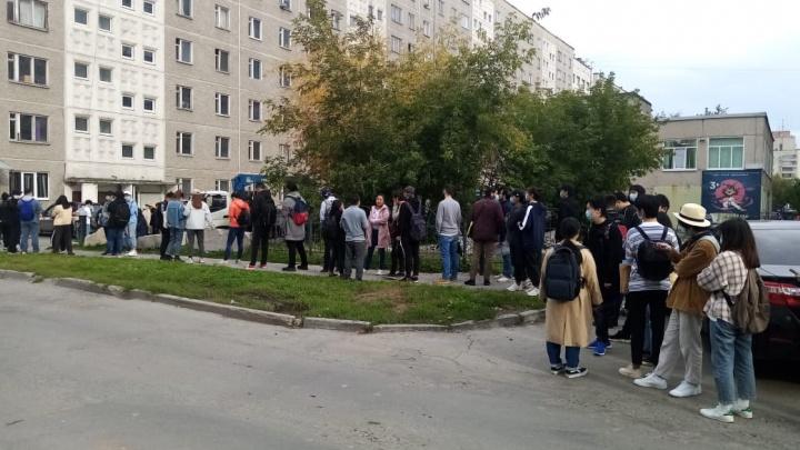 Студенты вернулись: на Коминтерна выросла огромная очередь из желающих заселиться в общежитие
