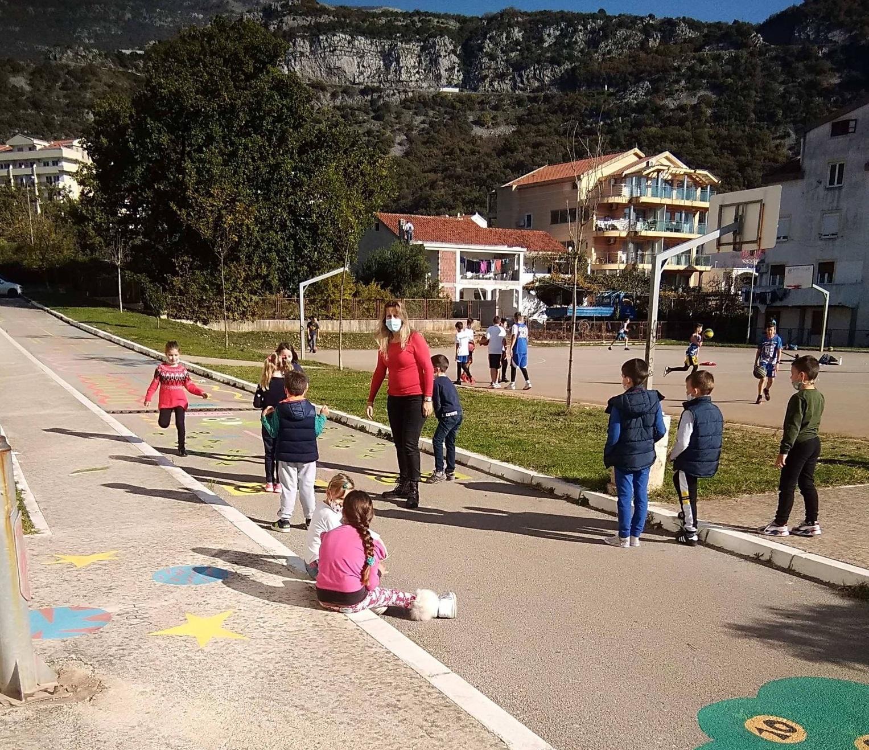Урок физкультуры в младшей школе в Черногории в начале декабря