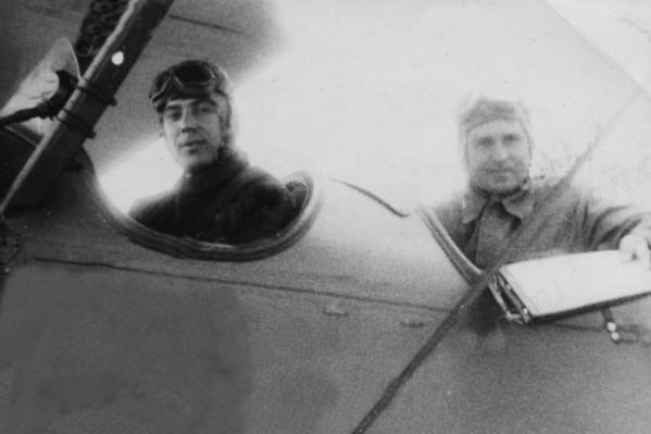Борис Попцов (впереди) с боевым другом в кабине самолета. Румыния