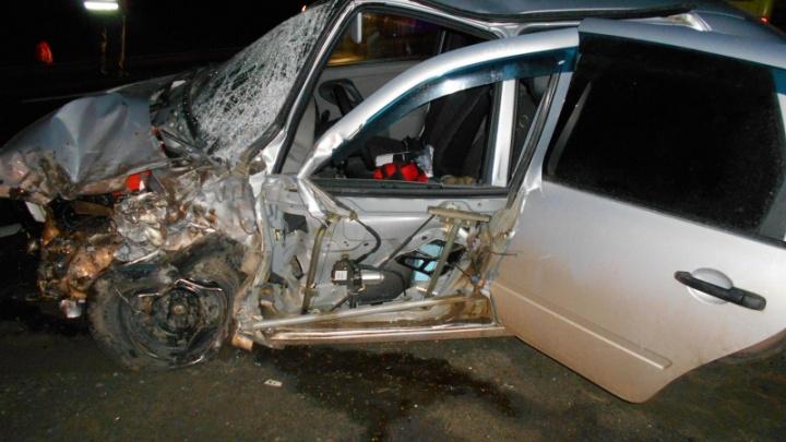 В Ярославском районе ВАЗ столкнулся с фурой: пострадали водитель и пассажир легковушки