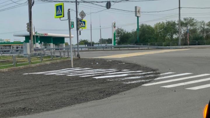 «Перестарались»: на челябинской дороге, засыпанной щебнем, нарисовали пешеходный переход