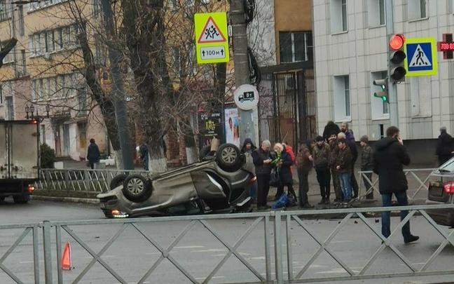 В центре Ярославля машина проломила забор и перевернулась. Видео