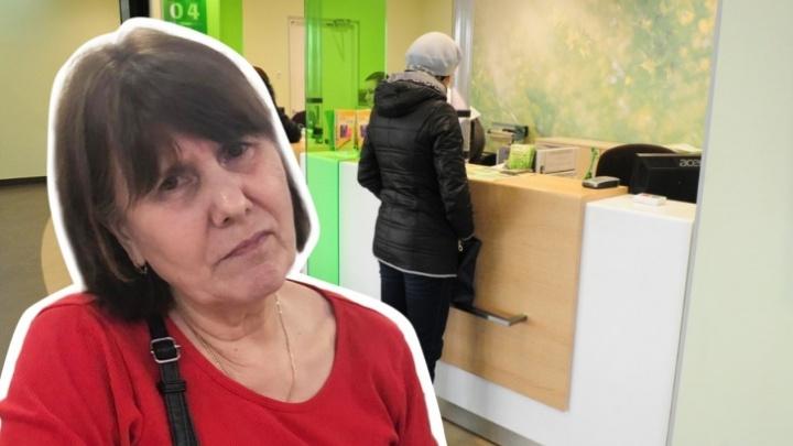 Мошенники украли у уральской пенсионерки все деньги. В полиции объяснили, зачем отправили ее в салон связи