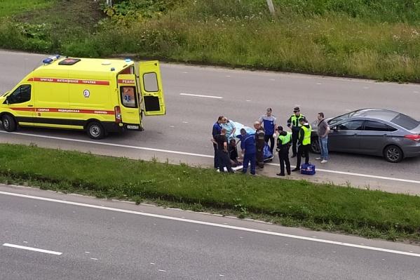 После столкновения мотоциклиста увезли в больницу